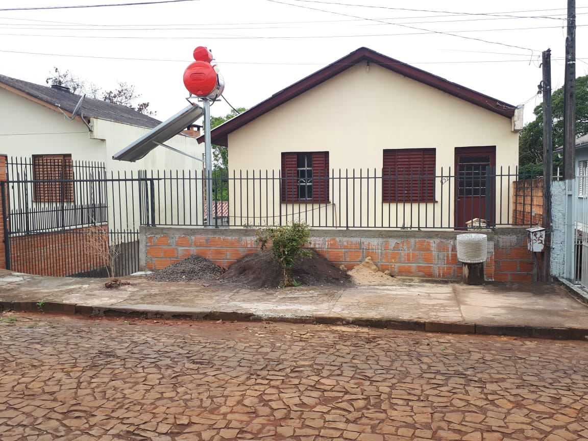 CASA EM ALVENARIA COM 42m², 02 QUARTOS, TERRENO ÁREA 250M² DE 10m X 25m. Localizada na Rua Nadir Santin, Bairro Paiol Grande, Erechim/RS